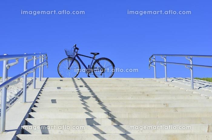 青空と青い自転車