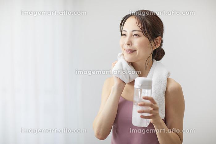 水分補給をする若い日本人女性の販売画像