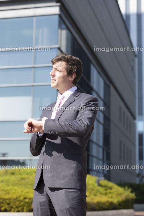 時間を気にするビジネスマンの販売画像