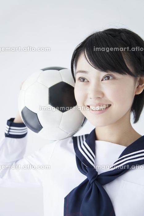 サッカーボールを持つ女子中学生の販売画像