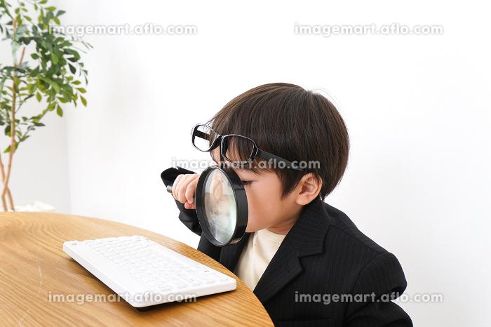 デスクワークをするビジネスマンの販売画像