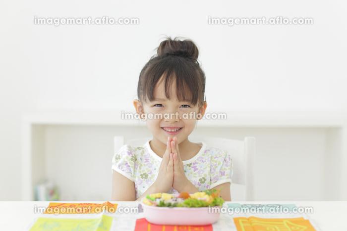 お弁当を食べる女の子