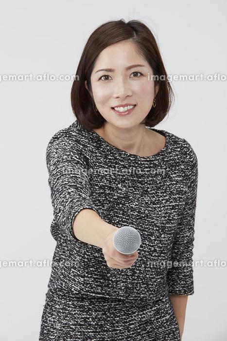 インタビューする日本人の女性記者