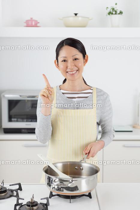 料理をする日本人女性の販売画像