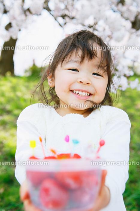 桜とイチゴを持つ女の子