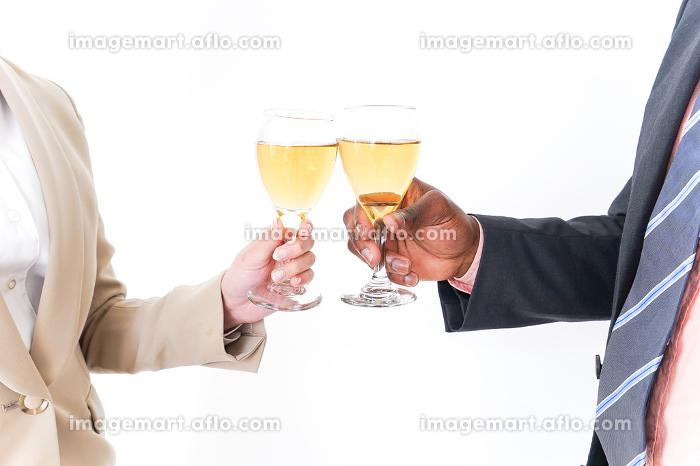 お酒を飲むビジネスパーソンの販売画像