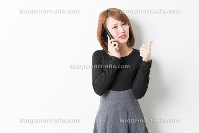 電話をする女性の販売画像