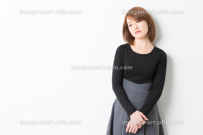 考える女性の販売画像