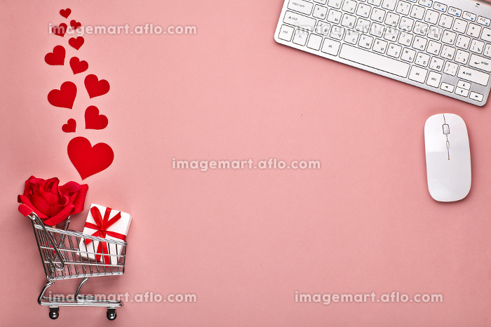 Shopping trolley with gifts. Valentine's dayの販売画像