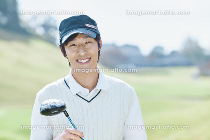 ゴルフをする日本人男性