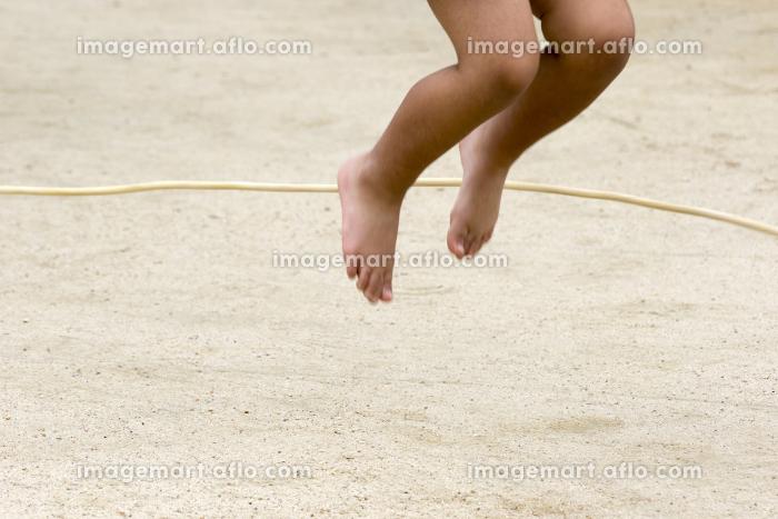 縄跳びをする子供の販売画像