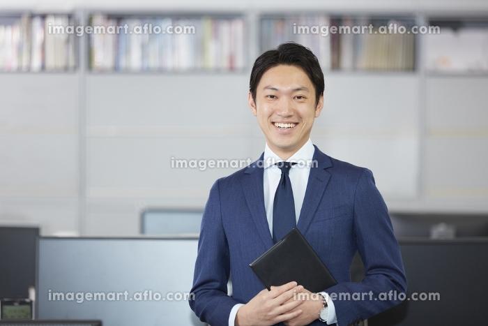 微笑むビジネスマンの販売画像