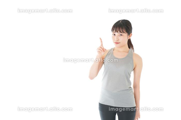 アドバイスをするスポーツウェアを着た若い女性の販売画像