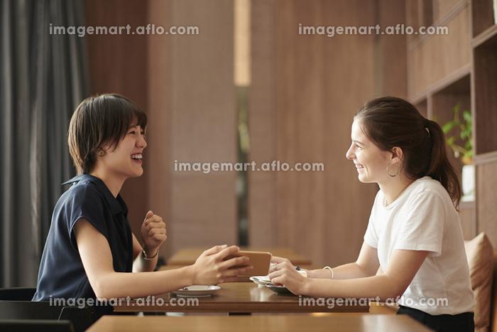 外国人とおしゃべりする日本人女性