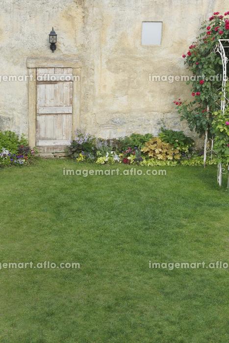 ヨーロッパイメージの花のある庭