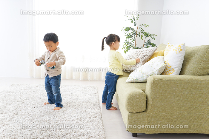二人で遊ぶ女の子と男の子の販売画像