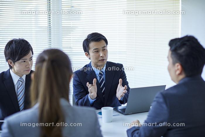 説明をする日本人ビジネスマン