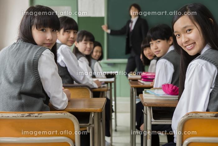 授業中の教師と女子生徒