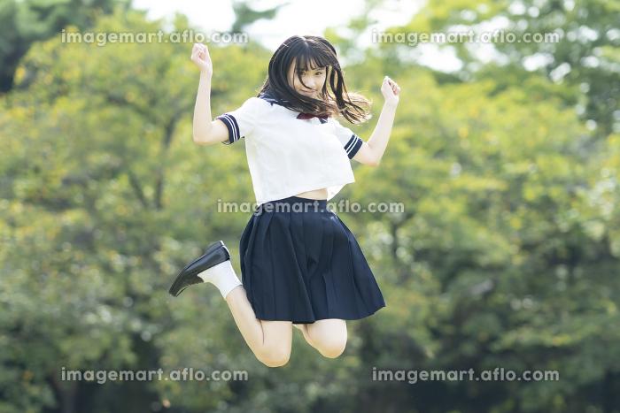 ジャンプする女子高生の販売画像