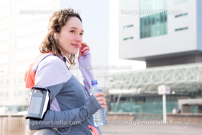 Young attractive woman adjust her music player before runningの販売画像