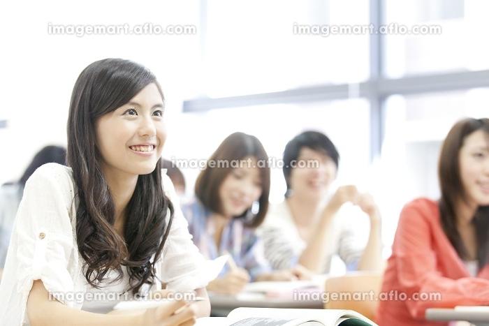 講義を受ける女子大学生の販売画像