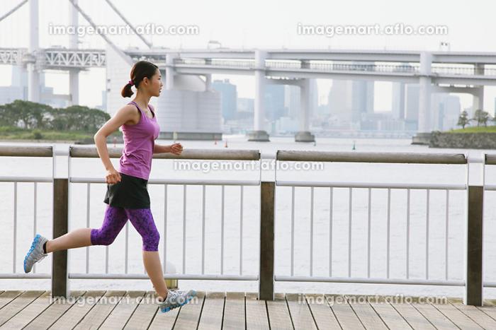 ジョギングする女子 走るの販売画像