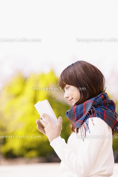 公園で本を読む日本人女性