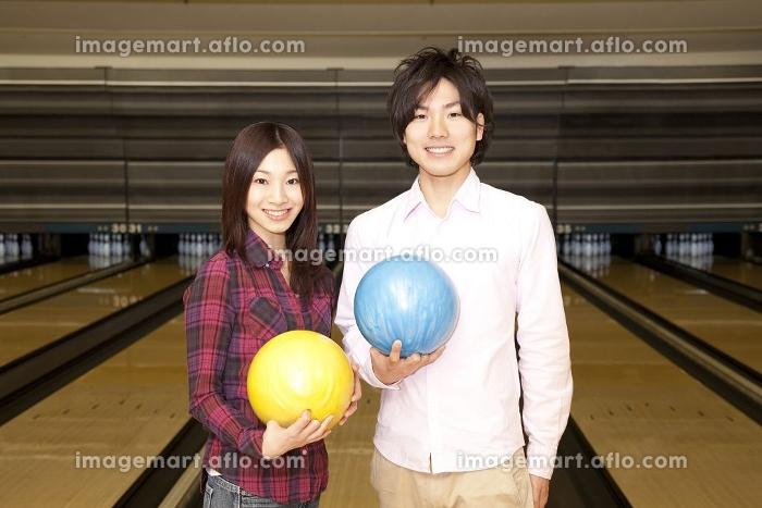 ボウリングの球を持つ男女の販売画像