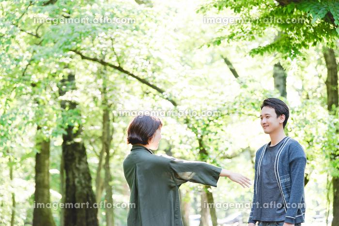 新緑の中、抱き合うカップルの販売画像