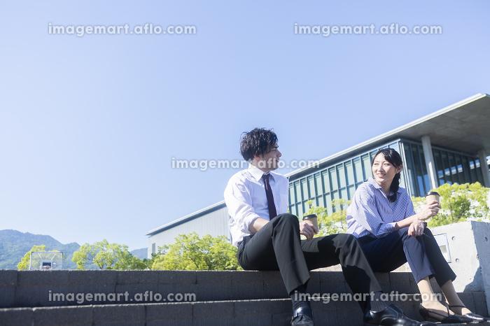 階段に座る男女の販売画像