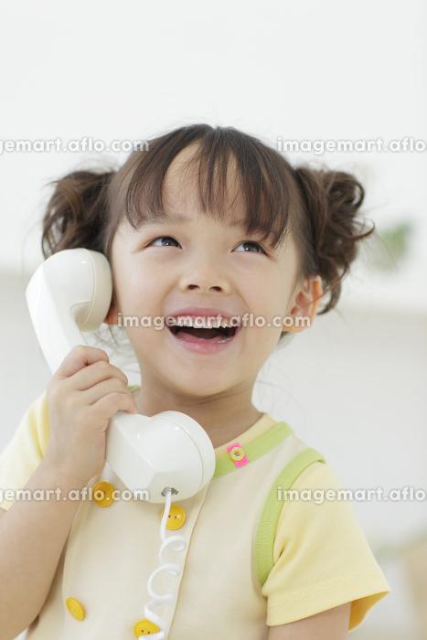 電話をかける女の子の販売画像