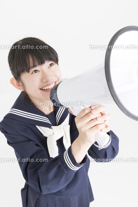 拡声器で叫ぶ女子中学生