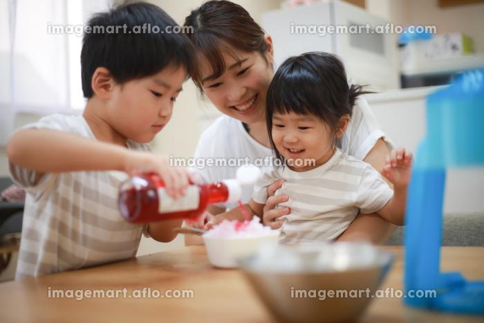 かき氷にシロップをかける親子の販売画像