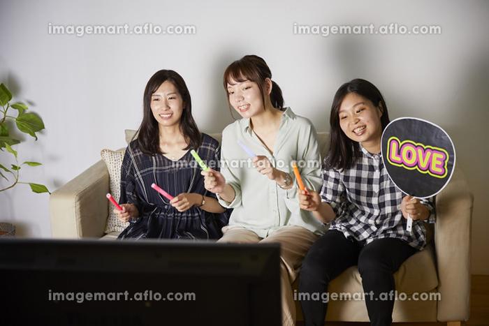 オンラインライブを楽しむ日本人女性の販売画像