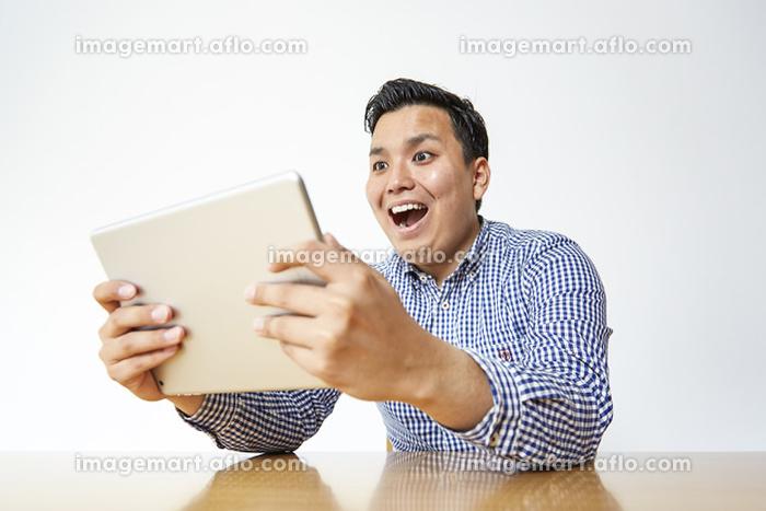 タブレットを見る日本人男性