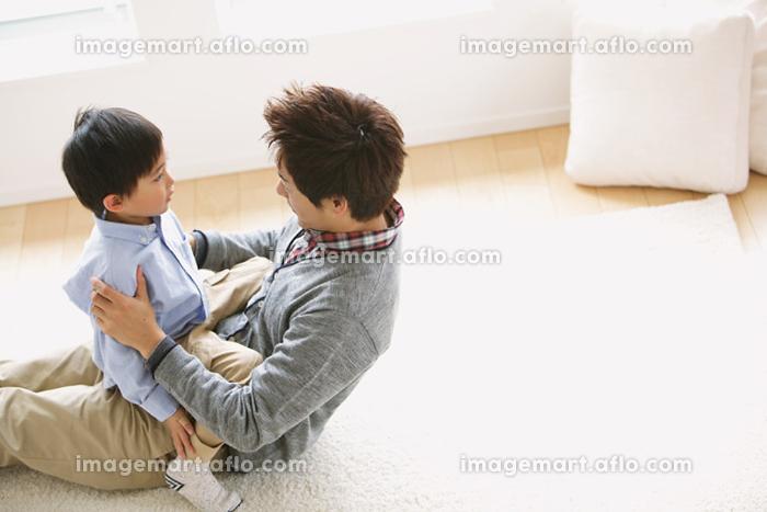 父親に叱られる息子の販売画像