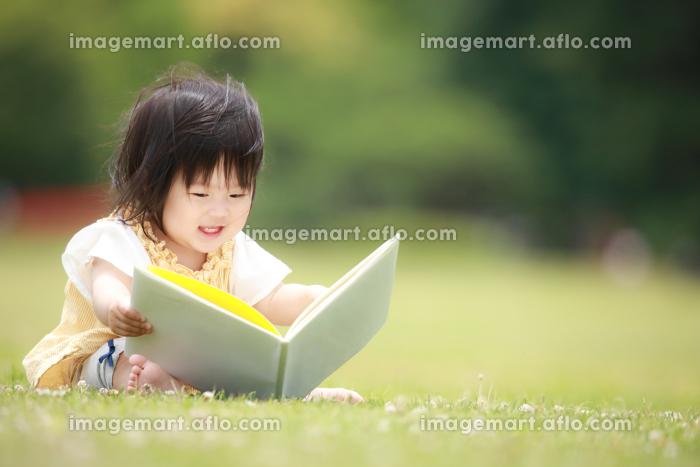 本を読む女の子の販売画像