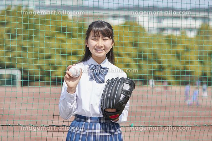 野球ボールを持つ女子中学生の販売画像