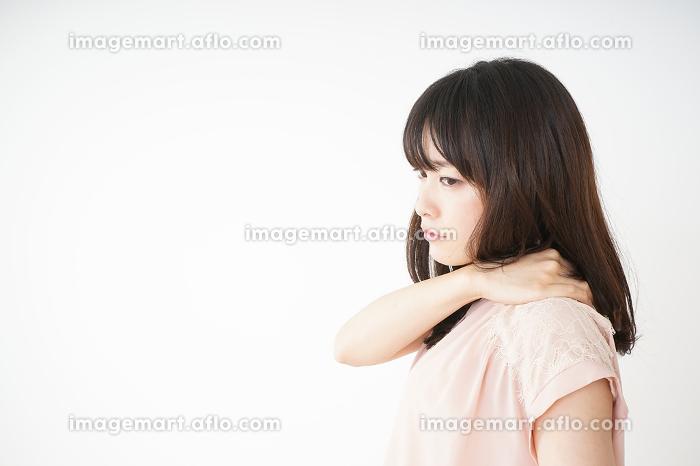 肩こりを感じる若い女性
