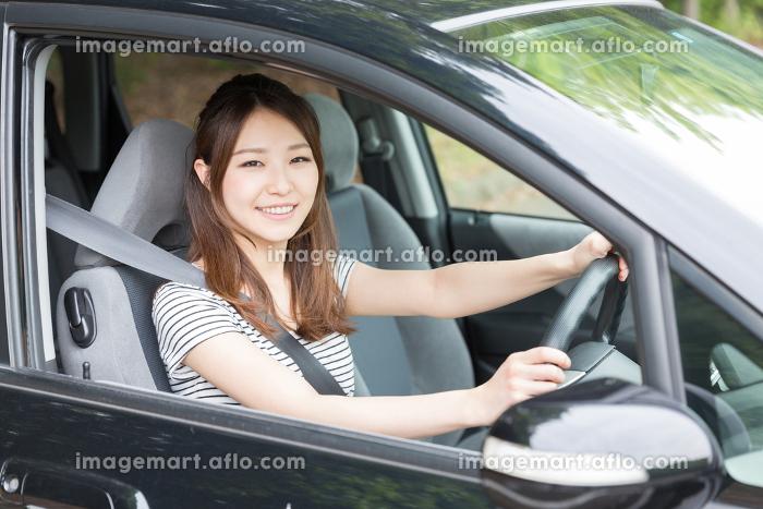 女性と自動車の販売画像