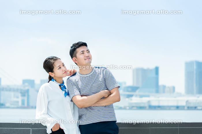 遠くを見つめる男女(夫婦・カップル・デート)の販売画像
