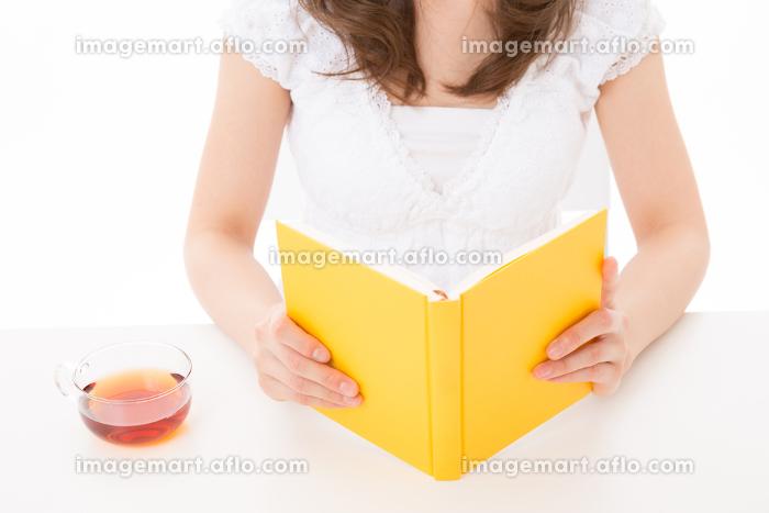 本を読む女性 手元 ボディーパーツの販売画像