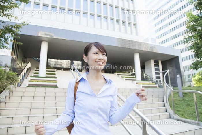 ビルの階段を駆け下りるOLの販売画像