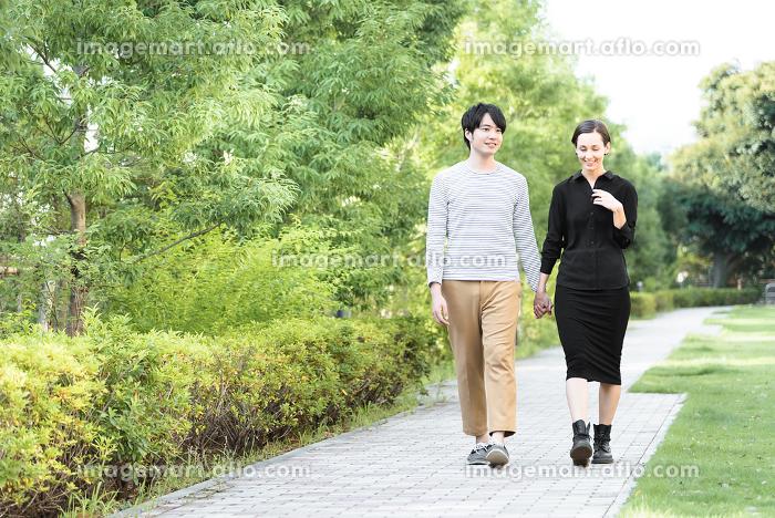 散歩する国際カップル(欧米人とアジア人)の販売画像