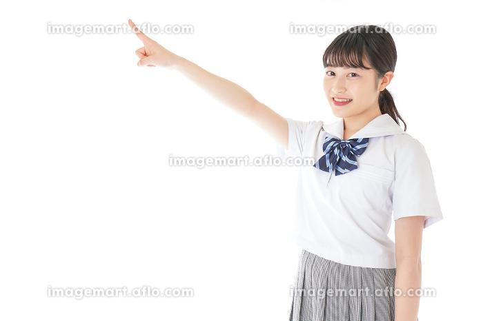上を指差す制服を着た女子学生の販売画像