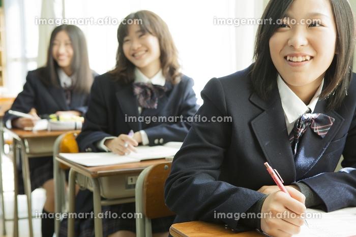 授業を受ける女子高生の販売画像