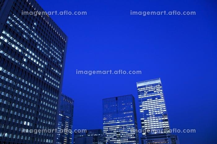 東京都 丸の内のビル群 夜景の販売画像