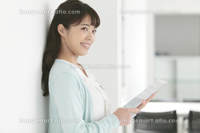 タブレットPCを持つ女性