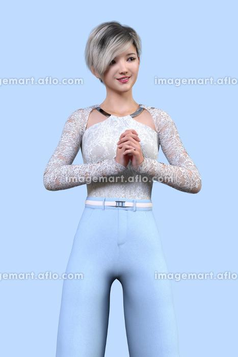 勿忘草ような淡い青を背景にショートヘアの女性が胸の前で両手の指を組みながら仁王立ちしているの販売画像