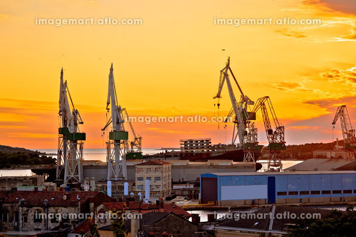 Town of Pula shipyard cranes sunset viewの販売画像
